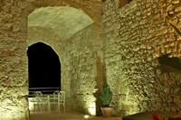 L'arche en pierre à côté de la piscine