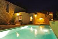La piscine chauffée de nuit