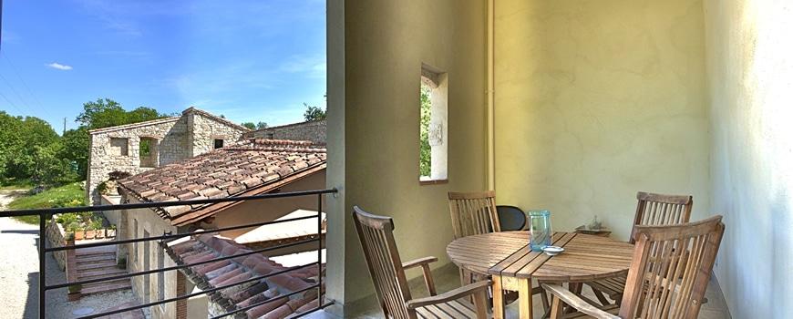 une terrasse couverte avec vue sur le domaine