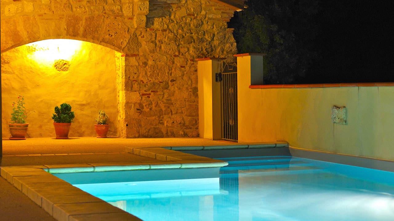 Grand gîte de charme - cheminée du 13 ème au bord de la piscine chauffée