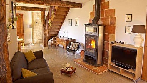 Gite de charme gers - Salon salle à manger avec poêle à bois et vue sur le Gers