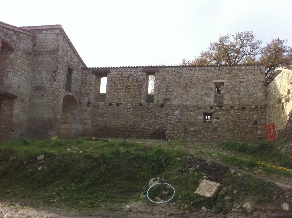 Murs du château après restauration et avant la construction de la piscine