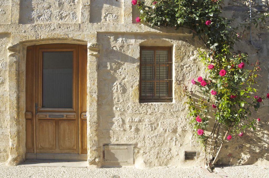 porte fleurie dans le village de la romieu