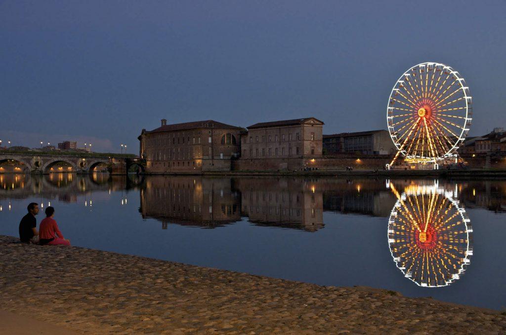 La Garonne, dans le centre de Toulouse, à la tombée de la nuit