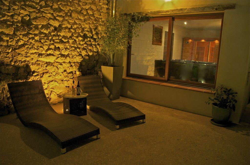 Espace détente de nuit près de la piscine chauffée, apéritif en plein air.