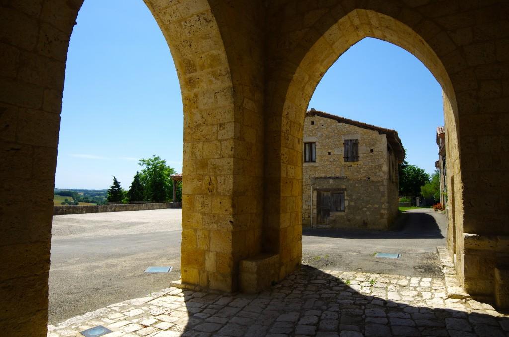 Maubec Gers Tarn-et-Garonne village arches
