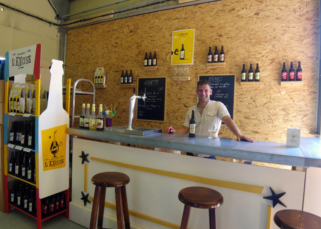 Nouvel emplacement du bar, bières bouteilles et pressions.