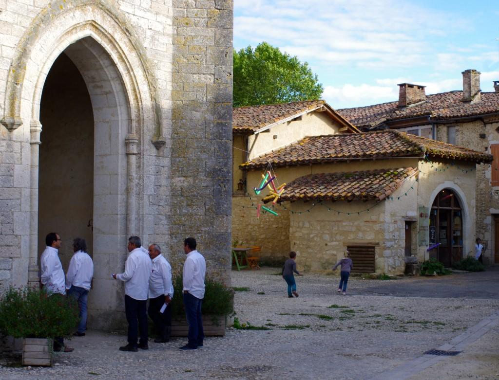 Devant l'église de Sarrant, Gers.