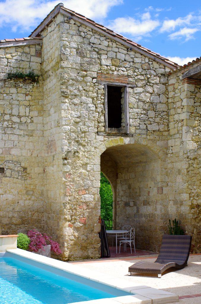 Dans l'enceinte des murs de l'ancien château, la piscine chauffée...