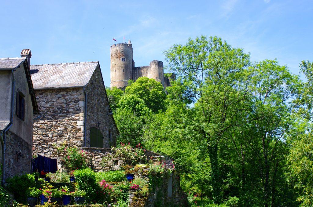 Le château de Najac en contre bas