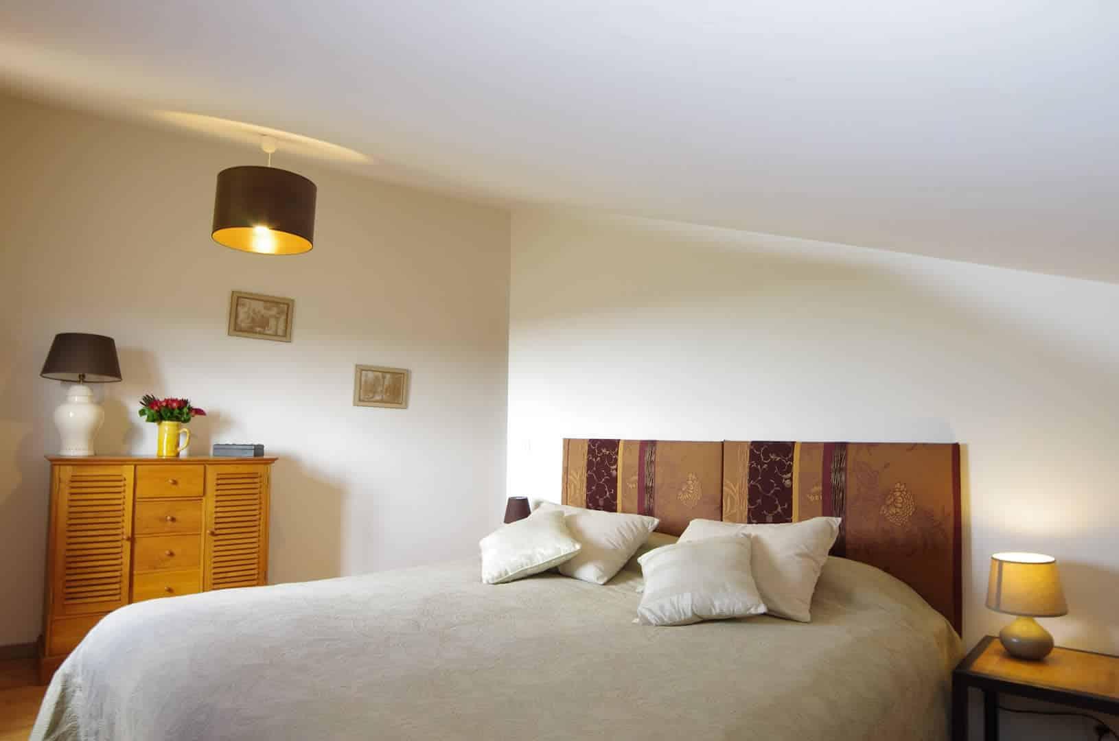 Grand gîte de charme - chambre 2ème étage lit haut de gamme 180 de large ou 3x90