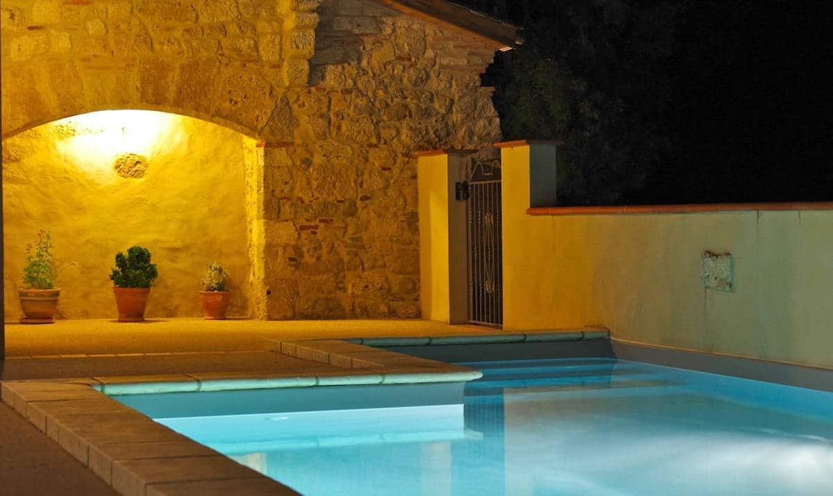 Domaine-de-Saussignac-piscine-chauffee-cour-ancien-chateau