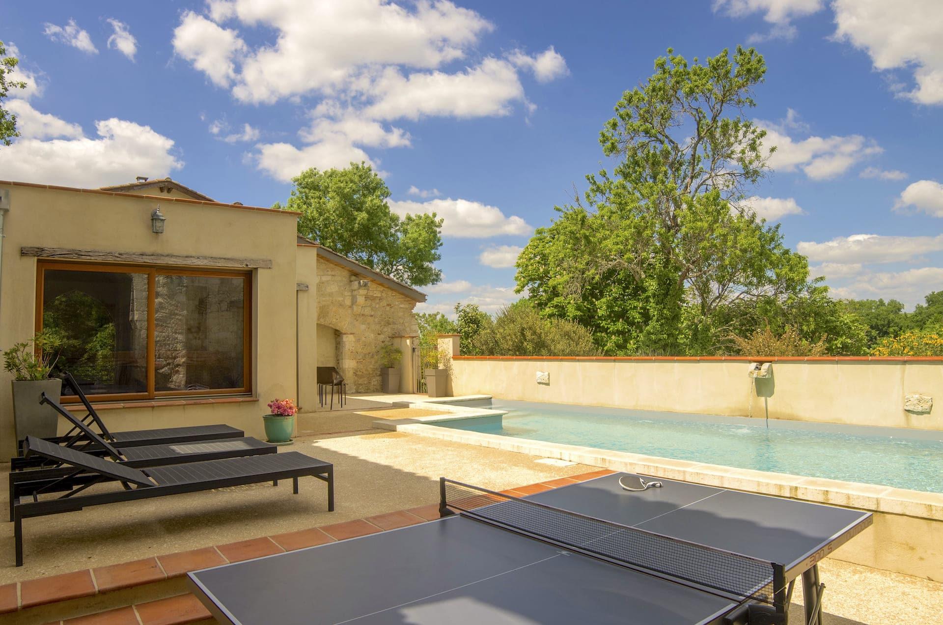 table de ping pong près de la piscine chauffée de mai à septembre