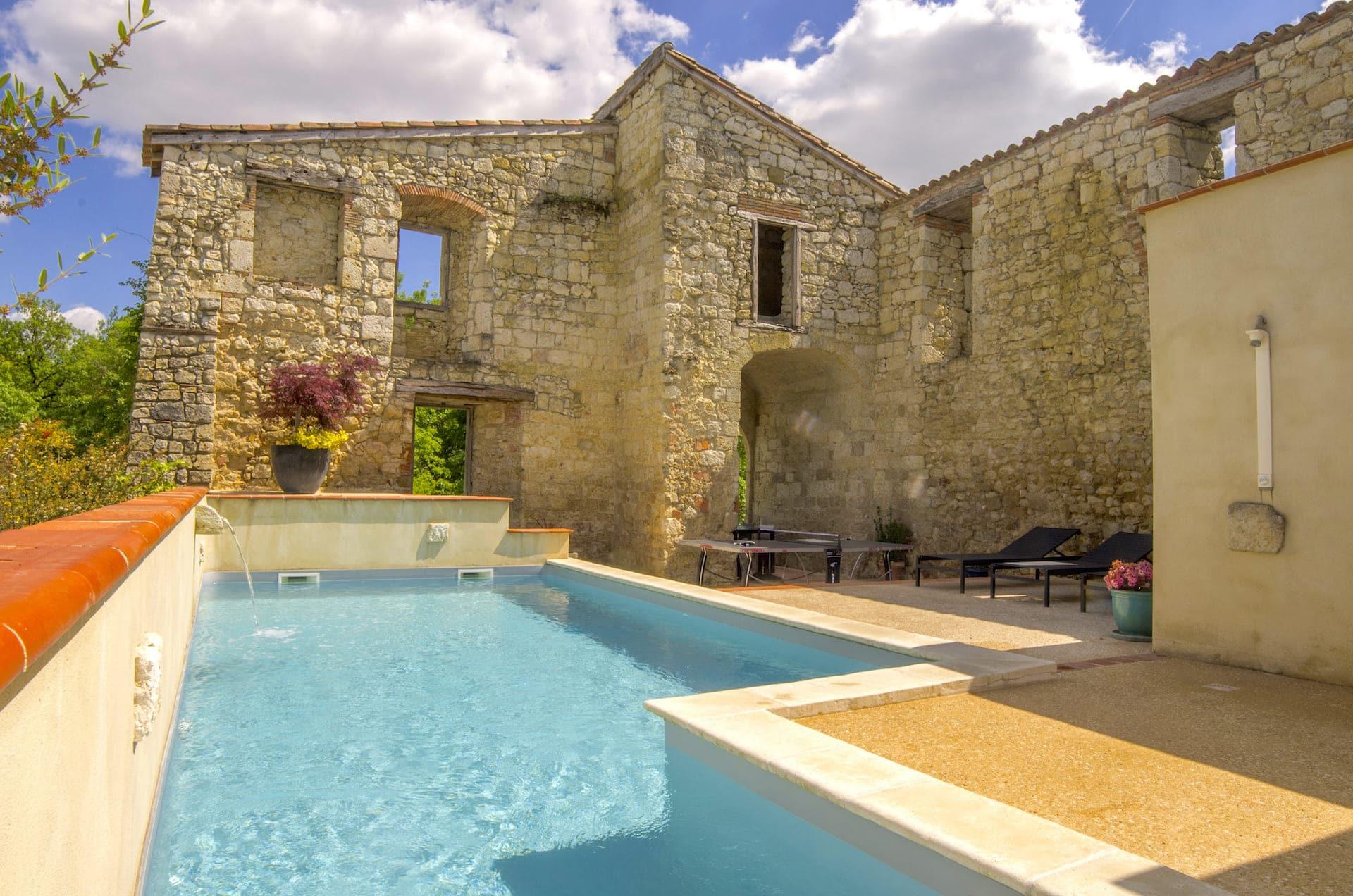Piscine chauffée entourée des murs ancien datant du 13ème siècle